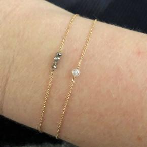 Fineste, helt spinkle armbånd i 18 karat guld og diamanter. Kæden er lidt under 1 mm tyk. Armbånd i 18 karat guld og champagne diamanter, længde ca 16,8 cm: 995pp   Armbånd i 18 karat guld og med en hvid diamant, længde ca 17,3 cm: 1495pp