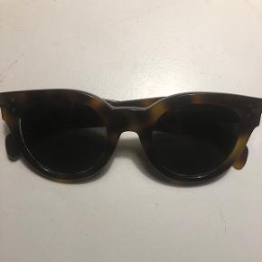 Solbriller fra Celine i modellen audrey baby, de er brugte og har desværre fået lidt ridser på glasset, deraf prisen, men de kan sagtens bruges :) man kan evt få nyt glas i, der følger desværre ikke etui med  Mp 450 pp  Bytter ikke!