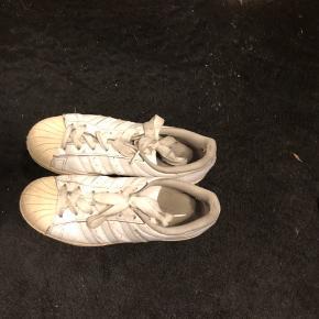 Adidas superstar. Kan ikke huske hvor meget kostede fra ny. Byd gerne:)