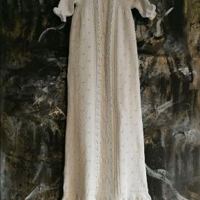 Ny Smuk Håndstrikket Dåbskjole!  Materiale: 100% Bomuld  Størrelse: 0-4 mdr. Hel længde: 110 cm Overvidde: 56 cm Ærmelængde: 17-18 cm  Bånd på huen kan nemt skiftes og derved anvendes til både pige og dreng.   Pris: 1100, - (+ porto)