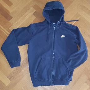 Varetype: Hoodie m. zip Nike str L kr. 70 Farve: Mørkeblå Oprindelig købspris: 599 kr.  Hoodie m. zip. God men brugt. Derfor den lave pris kr. 70. INgen huller eller pletter. Bare alm. brugs-slid, men for god til ikke at blive brugt noget mere.  Fuld længde: 70 cm Brystvidde 116 cm.  Se også den koksgrå hoodie str. XXL - fremstår som ny.