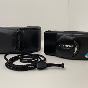 """Sælger dette flotte """"Olympus MJU Zoom 115"""" 35mm point and shot film kamera, super lille og kompakt kamera, som er nemt altid at have med i lommen og desuden kan det holde til alt slags vejr! Kommer inkl. original taske og strop  (Zoom funktionen virker ikke altid)"""