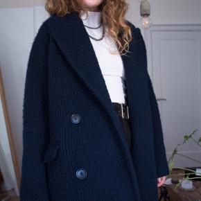 Dejlig uldfrakke, lang i en Navyblå. Mærke: Weekday, brugt ganske få gange.  Blanding af uld og polyester. 🦋 Den har en inderlomme der kan knappes og 2 dejlige lommer udvendigt   Strmæssigt passer den xs- lille M  #30dayssellout