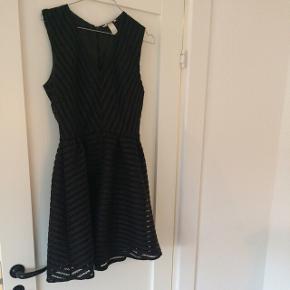 Super elegant kjole, den er ret cool med en læderjakke til 🙊  Np. 699,-