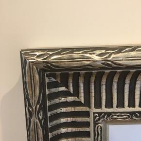Stort og meget flot spejl. Både til boligen, men super anvendeligt også til shoppen, salonen o.a. Højde 135 cm Bredde: 75 cm