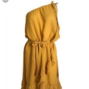 Smuk gul kjole fra Neo Noir i str. S (passer dog en str. m/medium bedre) 😊 Style: Evalina Dress