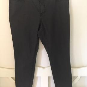 Klassiske jeans i sort. Er i fin stand bortset fra den lille tråd på den ene baglomme, som kan ses på billedet.  Livvidde: 2 x 49 cm Længde: 80 cm (indvendig)  Sender gerne med DAO😊