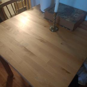 Jeg giver dette kvadratiske bord væk, og det er helt gratis. Det er fra Ikea og er i fin stand. Bordet skal hentes inden onsdag aften, ellers kommer det til storskrald.