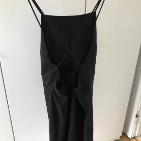 Kjole fra H&M med spaghetti stropper. Str. 44, men svarer mere til en 42.   Kan afhentes i København K eller sendes gennem handel på Trendsales 🌸  Se også mine andre annoncer  🌸