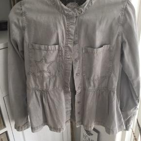 Sød jakke trøje i lysegrå fra Plus Fine, tryk knap lukning, stjerne på lomme, stjerne knapper på ærmer, brugt 2 gang er som ny.