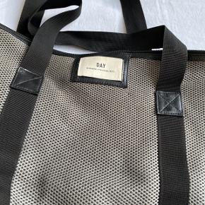 Day Taske i grå i tykt stof  Brugt lidt men ikke meget, det eneste slid er en hul i stoffet som ses på sidste billede