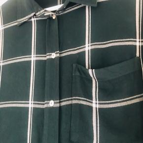 Super lækker skjorte fra H&M  Flot mørkegrøn farve 100 % viskose Brugt et par gange
