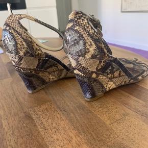 Flotte vintage PRADA sandaler i python skind, str 39. Den ene rem har lidt svært ved at komme igennem.