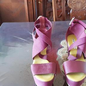 Varetype: Flotte heels læder og elastik farven er bordeaux Farve: Bordeaux Oprindelig købspris: 450 kr.  Super flotte heels i læder og elastil, fra & Other Stories.    har en fin detalje bagpå.    De har været brugt 1 gang og prisen står i bunden.        Farven er ikke rigtig på billederne            Bytter ikke respektere dette