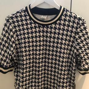 Blå/hvid mønstret t-shirt fra Baum & Pferdgarten