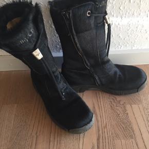 Lækre, varme støvler i sorte. Str. 39