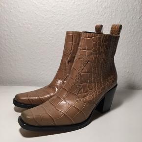 """Rigtig flotte croco støvler fra Ganni. Jeg har tilladt mig at angive stande som """"aldrig brugt"""" da der udelukkende er skrammer under skoen, men ikke på læderer og sålen er som ny.  Ingen bytte."""