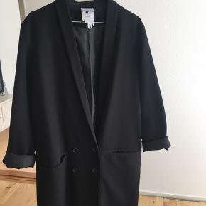 Super sej oversize blazer fra Monki sælges.  Blazeren har følgende mål: Bryst: 112 cm Længde: 88 cm (målt fra skulderen.)   Mindstepris: 200 inkl. porto  Mvh. Nina