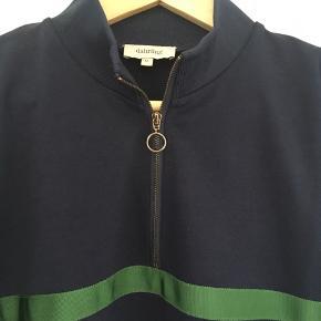 Dahrling mørkeblå trøje med lynlås.  Nypris: 499 kr   Aldrig brugt