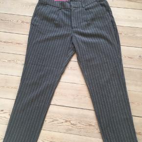 Flotte stribede lækre bukser fra Gina Tricot Der står 42 i dem, men mener de er lidt større. De er for store til mig og jeg er en 42 i buks. Kan afhentes i Århus midtby