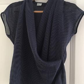 Benetton bluse i silk look, blå med hvide prikker. Meget elegant. 149 plus porto. Størrelse small