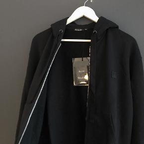 Acne ferris zip face♣️ Vanvittig lækker og behagelig zip hoodie fra populære Acne Studios. Helt ny og ubrugt med tag, så gør dig et steal! Cond. 10/10 Size. M - fitter 177-187 imo. Np. 2200,- Mp. 1100,-    ♻️Følg Instagram salgsprofil vintage._sellout for mere Acne og mange andre mærker♻️
