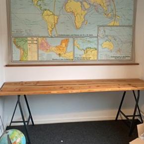 Plankeskrivebord lavet af to fyretræsplanker på bukke. Måler 2.19 cm i længden og 64 cm i bredden. Det er muligt selv at save den kortere.