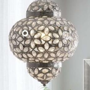 Fin loftlampe/lysekrone. Sælges pga flytning. Hvis den skal sendes, betaler køber fragt. (Sælger for min svigerinde)