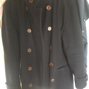 Sort jakke med mahogni brune knapper. Indersiden er blåt ternet. Flere billeder kan sendes. Jakken er købt i London, og kvitteringen er desværre blevet væk. Perfekt til vintersæsonen