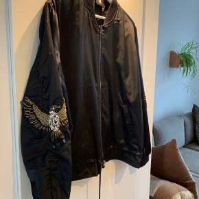 Gå sommeren i møde med denne skønne bumper jakke