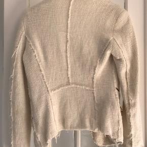 Smuk faconsyet vævet jakke fra Zara. Jeg faldt for den da den mindede mig om nogle af Chanels eller IRO's modeller. Sælger den da jeg ikke kan passe den længere.