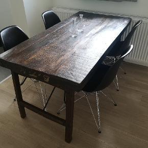 Et gammelt industrielt bord med den helt rigtige patina. 149 langt, 75 bredt og 74 højt.