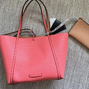 A new Armani Exchange bag that is reversible so it can both be pink and peach beige -> see pictures. Tags are still on, bought in USA