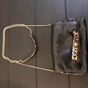 Lille fin taske fra Marc by Marc Jacobs. Kan haves over skulderen eller bruges som clutch. Den har originalt været pudderlyserød og fik et mærke og derfor forsøgte jeg at farve den selv og den trænger nok til endnu en omgang for at det spillet 100%. Jeg giver gerne resten af den farve med som jeg har haft købt.   Nypris: 2500 kr
