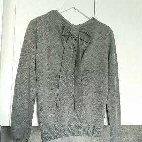Fin grå trøje fra Vila med sød sløjfedetalje i ryggen  60% bomuld, 40% polyester