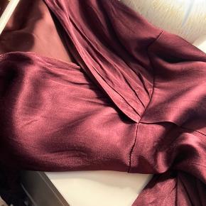 Silkekjole Brugt 1 aften. Fejler intet.   Der er lynlås i kjolen.   Str 34.
