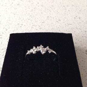Super flor sølvring med glimtende sten, som er for lille  Ægte sølv 925 Ring str. 52  Fin stand