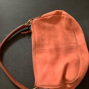 Flot ruskindstaske, brugt en del, derfor lidt på farven.
