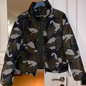 Kort jakke fra h&m med camp print i str 38.  Brugt få gange og er i meget fin stand. Kan passes imellem xs-m.