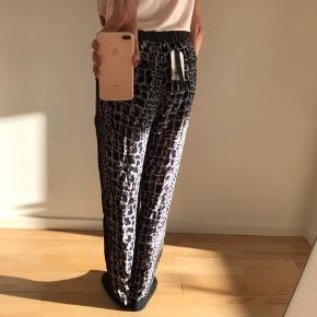 Helt nye bukser. Kan sende flere billeder. Blå, hvide og sorte. Ny pris 1599,- Sælges for 800,-