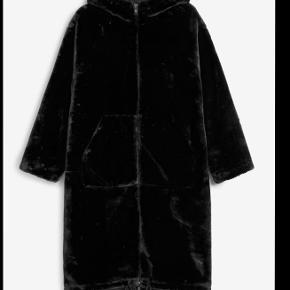 Monki faux fur jakke. Den er xxs men kan både passe xxsmall xsmall small og medium. Kan hentes på Vesterbro eller sendes
