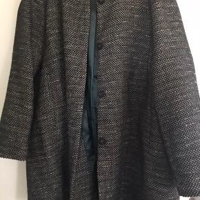 H&M+ jakke str 52. Brugt en sæson og superfin farve til foråret og efteråret. Lang model - med tyndt foer - god overgangsjakke.