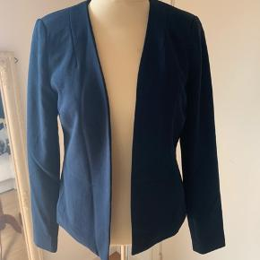 Helt ny lækker habit / blazer jakke  Med små skulderpuder i Stadig med pris mærke