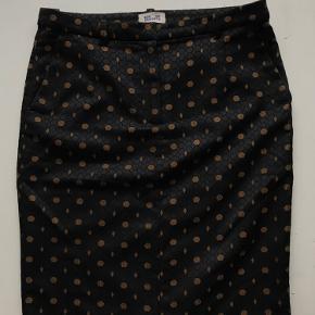 Lækker Brown Suki Skirt fra Baum und Pferdgarten 🌺   Bælteremme, tyndt sort underskørt og slids bagpå. Stort set ubrugt.   Kom gerne med bud ☀️