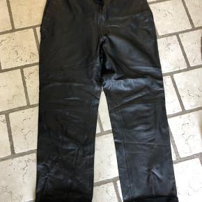 Bukserne er brugt få gange, men desværre flækket ved den ene lomme. Læder  Derfor den billige pris