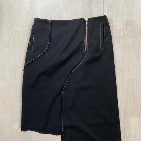 Asymmetrisk nederdel i uld. Aldrig vasket eller renset.  Liv 2x39