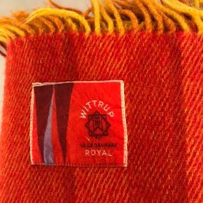 Fantastisk flot og velholdt retouch uldplaid fra Wittrup Royal Vejle Danmark i rød/orange/gullige farver samt frynser Mål: L 220 cm-B:200 cm Nyvasket på uldprogram Intet slid eller tegn på brug