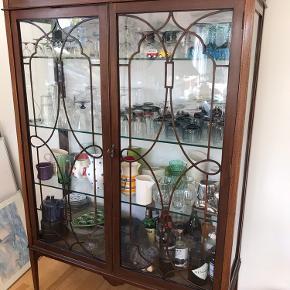 Smukt gammelt vitrine med nye glashylder