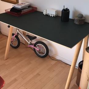 Super fint Hay Copenhague skrivebord i mørkegrøn linoleum og massivt eg. Købt i 2018. Har enkelte små brugsspor. Skal afhentes i Vanløse.  Nypris 4799,-