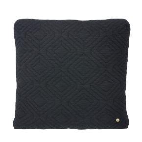 Lækker pude fra Ferm Living i en eksklusiv  kvalitet i tre lag, som giver et blødt polstret udtryk. Puden er desuden quiltet med et enkelt geometrisk mønster, har messing lynlås og matchende messingnitte. Farven er Dark Grey. Måler 45x45 cm.